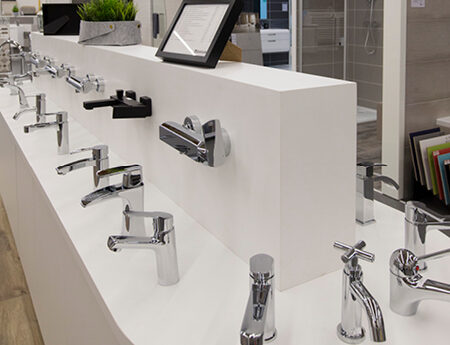 salle de bain robinetterie showroom brest queguiner materiaux